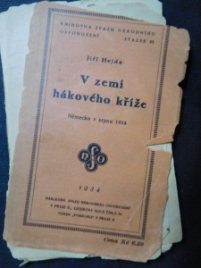 náhled knihy - V zemi hákového kříže : Německo v srpnu 1934