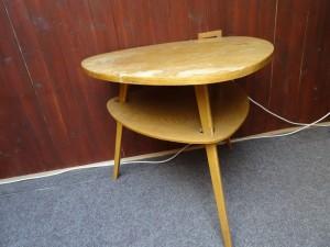 náhled knihy - Trojúhelníkový stolek