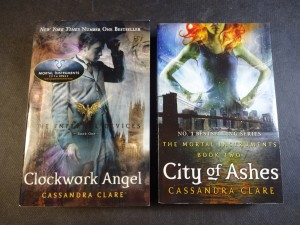 náhled knihy - 2x Cassandra Clare - Clockwork Angel, City of Ashes