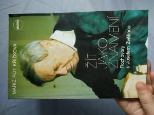 náhled knihy - Žít jako znamení : rozhovory s Josefem Zvěřinou