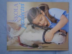 náhled knihy - Škola jezdectví : naučte se jezdit se skutečnou jezdeckou školou