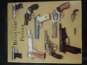 náhled knihy - Revolvery a pistole : svět krátkých palných zbraní