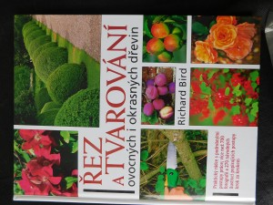 náhled knihy - Řez a tvarování dřevin : jak prořezávat a tvarovat stromy, keře, ovocné dřeviny a růže a vytvářet živé ploty nebo zelené sochy