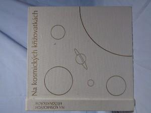 náhled knihy - Na kosmických křižovatkách: současnost a budoucnost kosmonautiky