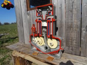 náhled knihy -  model motoru,  fyzikálni kabinet, školní pomůcka, veterán, old motor